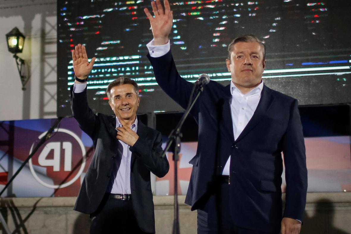Expremiér Bidzina Ivanišvili a současný předseda vlády Giorgi Kvirikašvili na mítinku Gruzínského snu