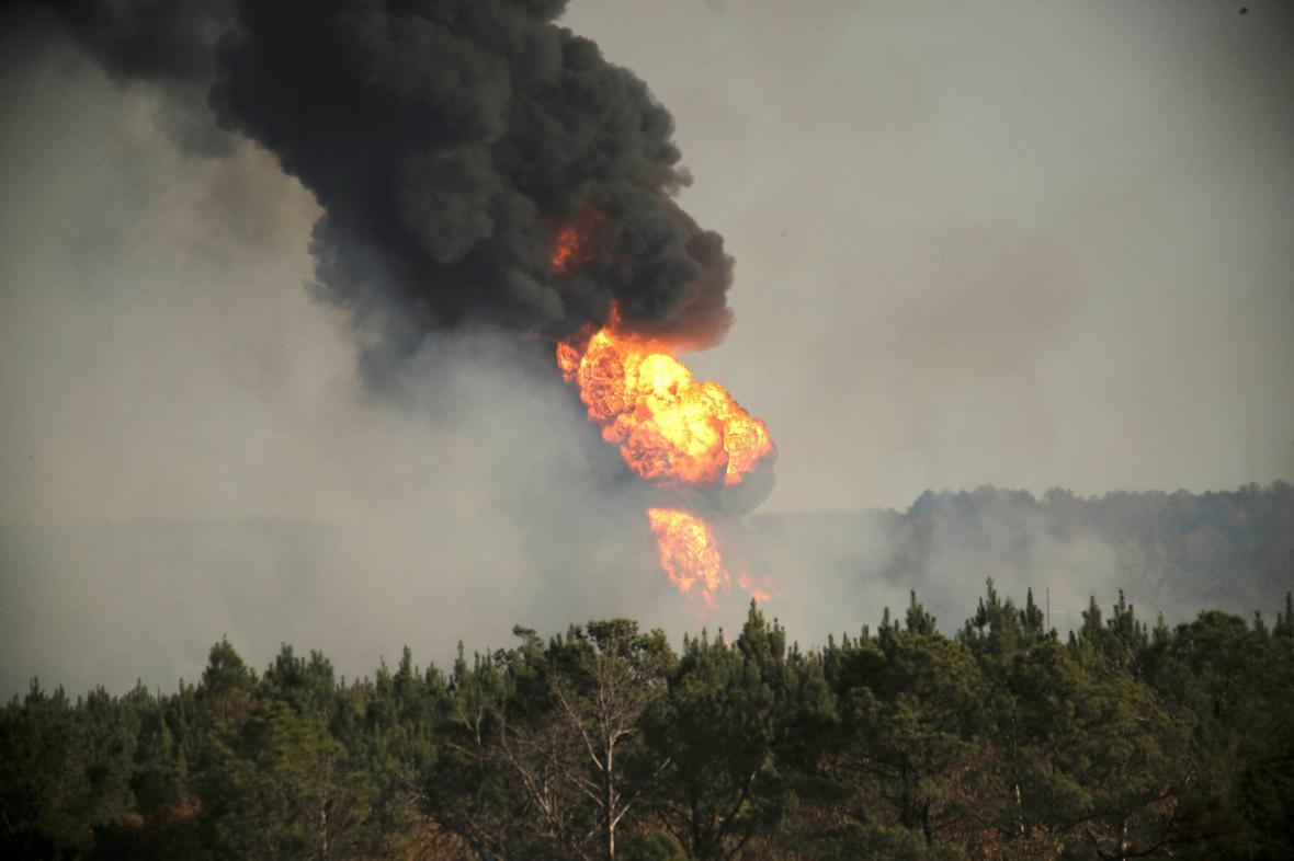 Plameny a kouř na místě výbuchu ropovodu