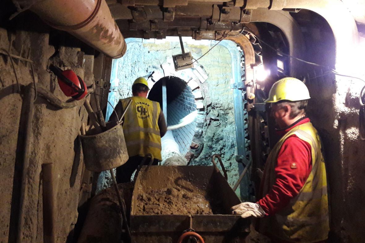 Pracovníci PVK opravují kanalizační stoku, která se propadla ve Vysočanské ulici