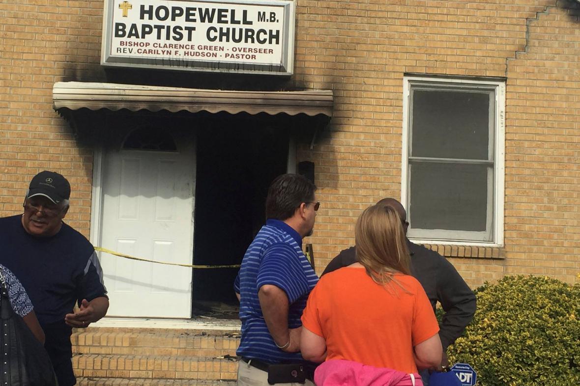 Lidé před baptistickým kostelem v Greenville