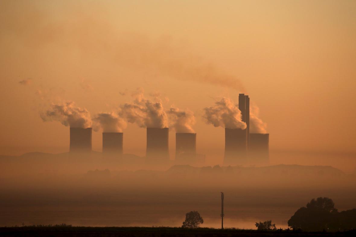 Kouř z jihoafrické uhelné elektrárny Lethabo. Znamená Pařížská klimatická dohoda začátek konce éry fosilních paliv?