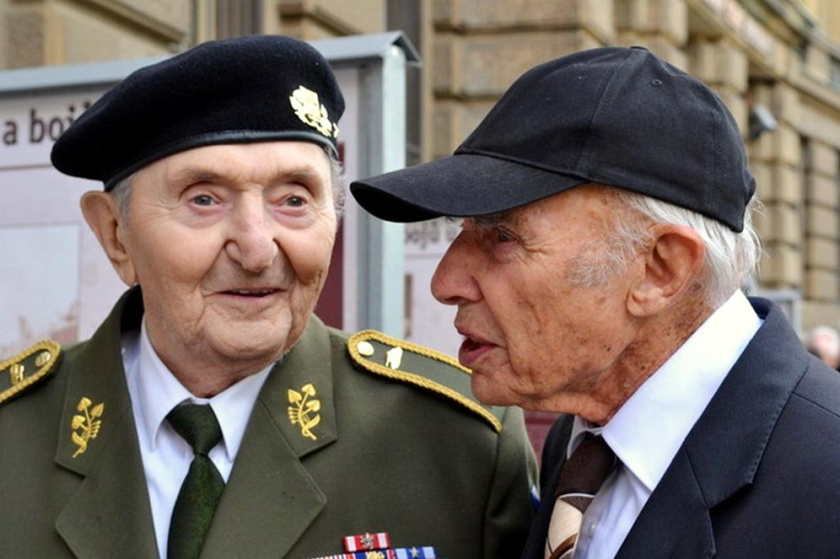Válečný veterán Stanislav Hnělička (vlevo)