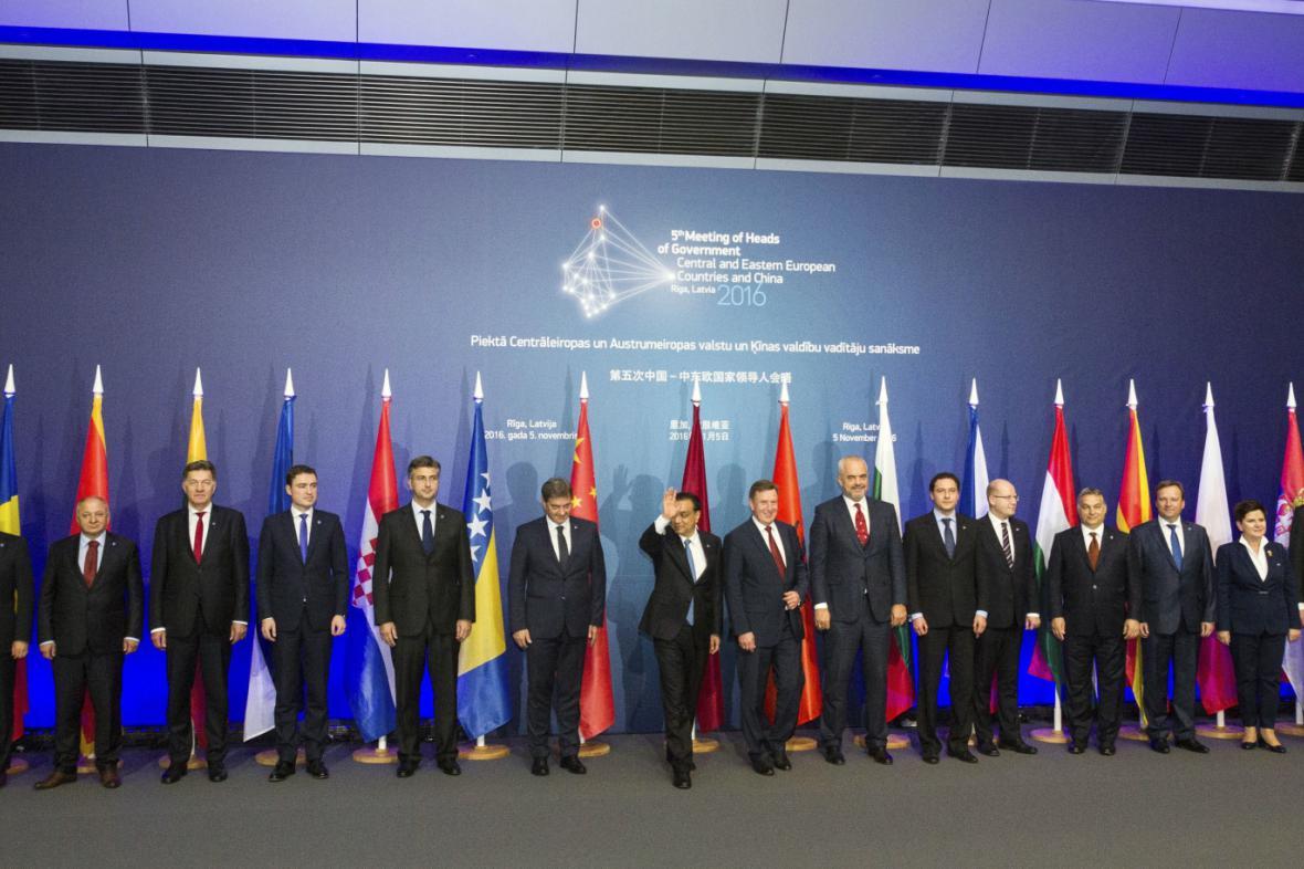 Účastníci summitu 16+1 v Rize