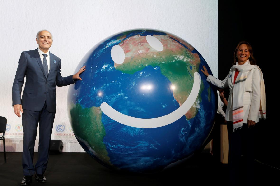 Úsměvy v úvodní den summitu. Marocký ministr zahraničí Mezouar a francouzská ministryně životního prostředí Royalová