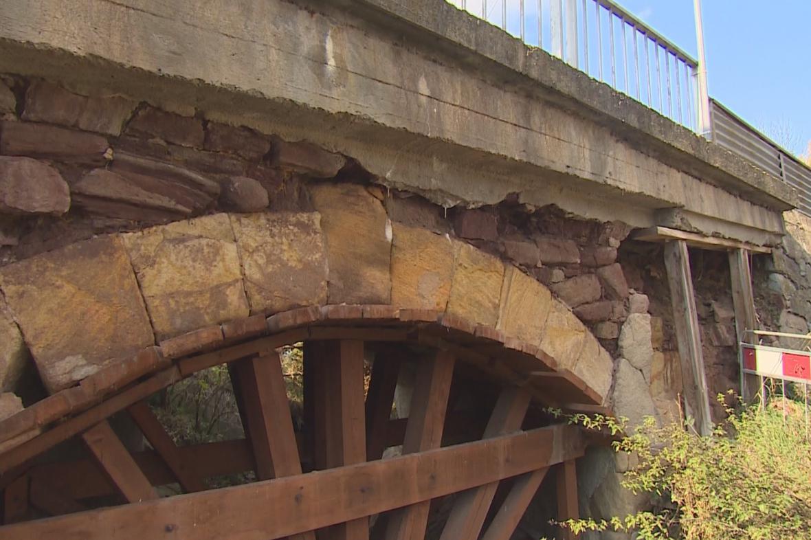 Kamenný most v Letovicích podpírají dřevěné trámy