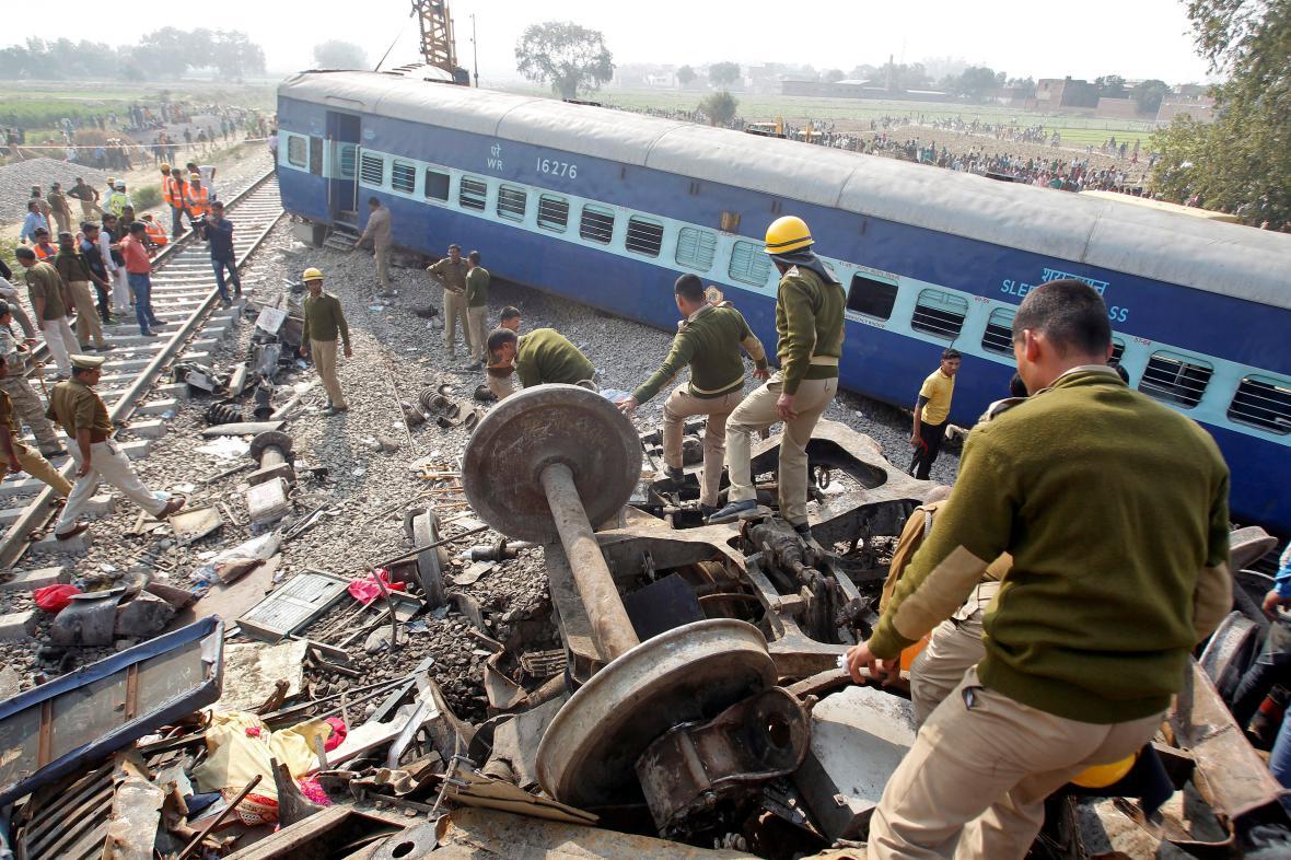 Železniční neštěstí v Indii si vyžádalo přes sto mrtvých