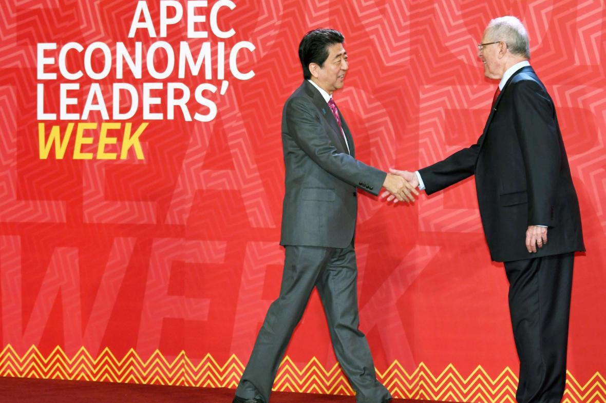 Prezident Peru Kuczynski (vpravo) zdraví japonského premiéra Abeho