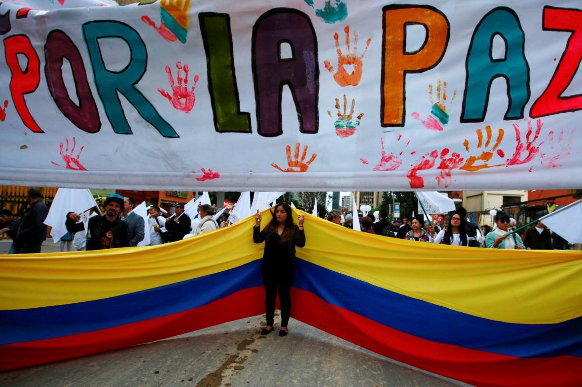 Příznivci nové mírové dohody s FARC nesou transparent