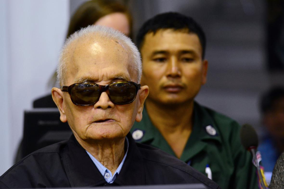 Hlavní ideolog Rudých Khmerů Nuon Chea u soudu v Phnompenhu