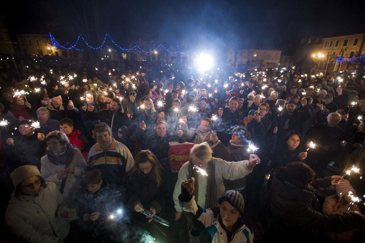 Odpůrci plánu zřídit v Králíkách ženskou věznici se shromáždili na tamějším Velkém náměstí