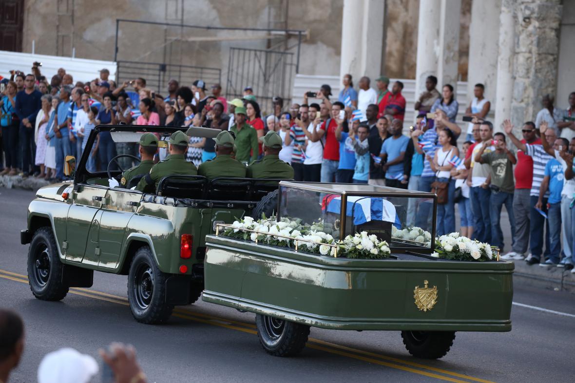 Vojenský džíp veze urnu s Castrovým popelem
