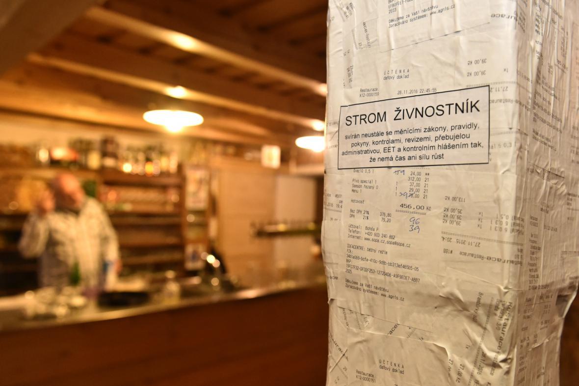 Trám uprostřed restaurace je za dva týdny zkušebního provozu registrační pokladny oblepený účtenkami