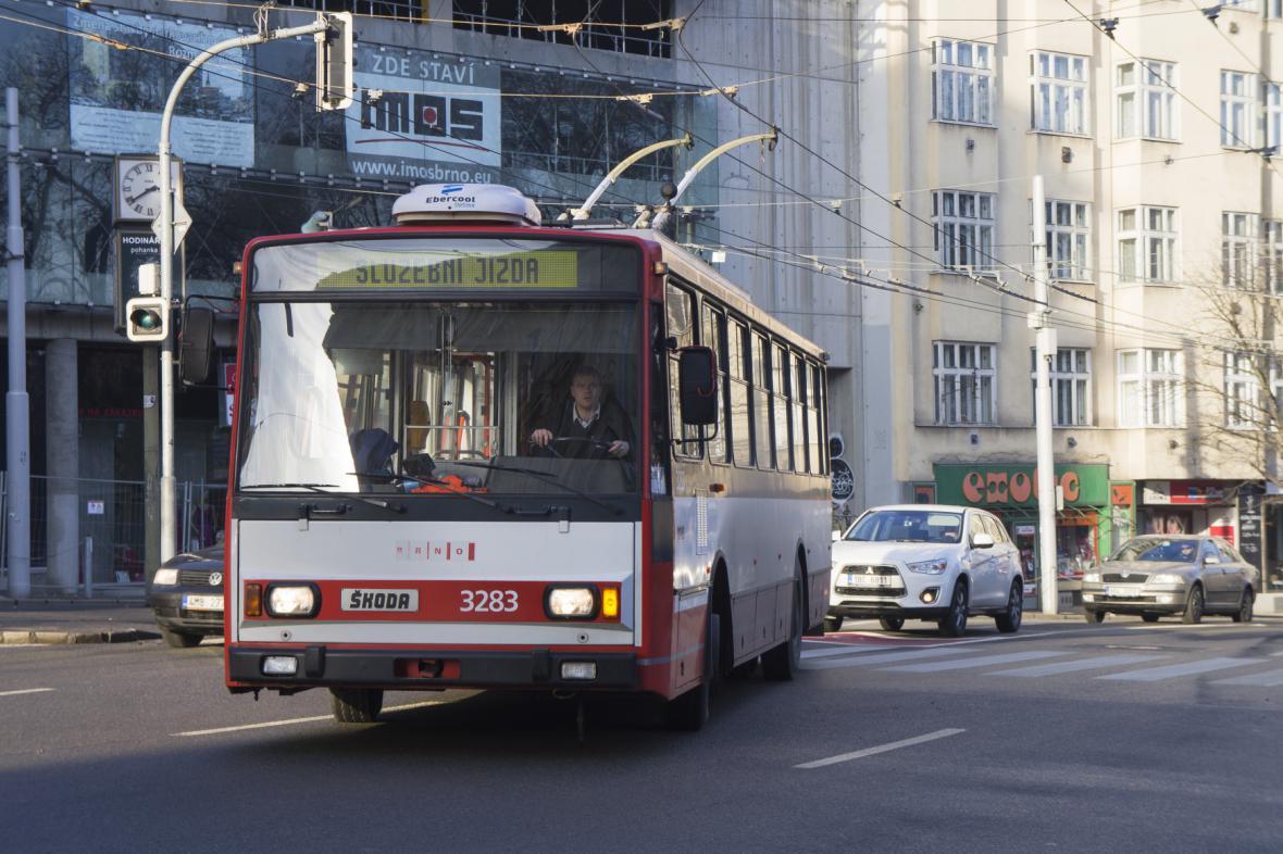 Starší typ trolejbusu, který jezdí v současné době v Brně