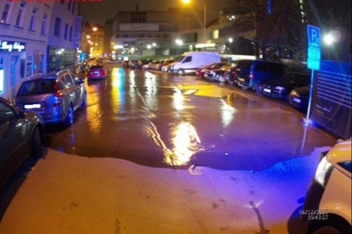 Voda z potrubí zaplavila celou ulici