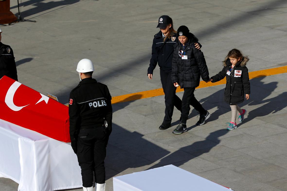 Rakev jedné z obětí útoku v Istanbulu
