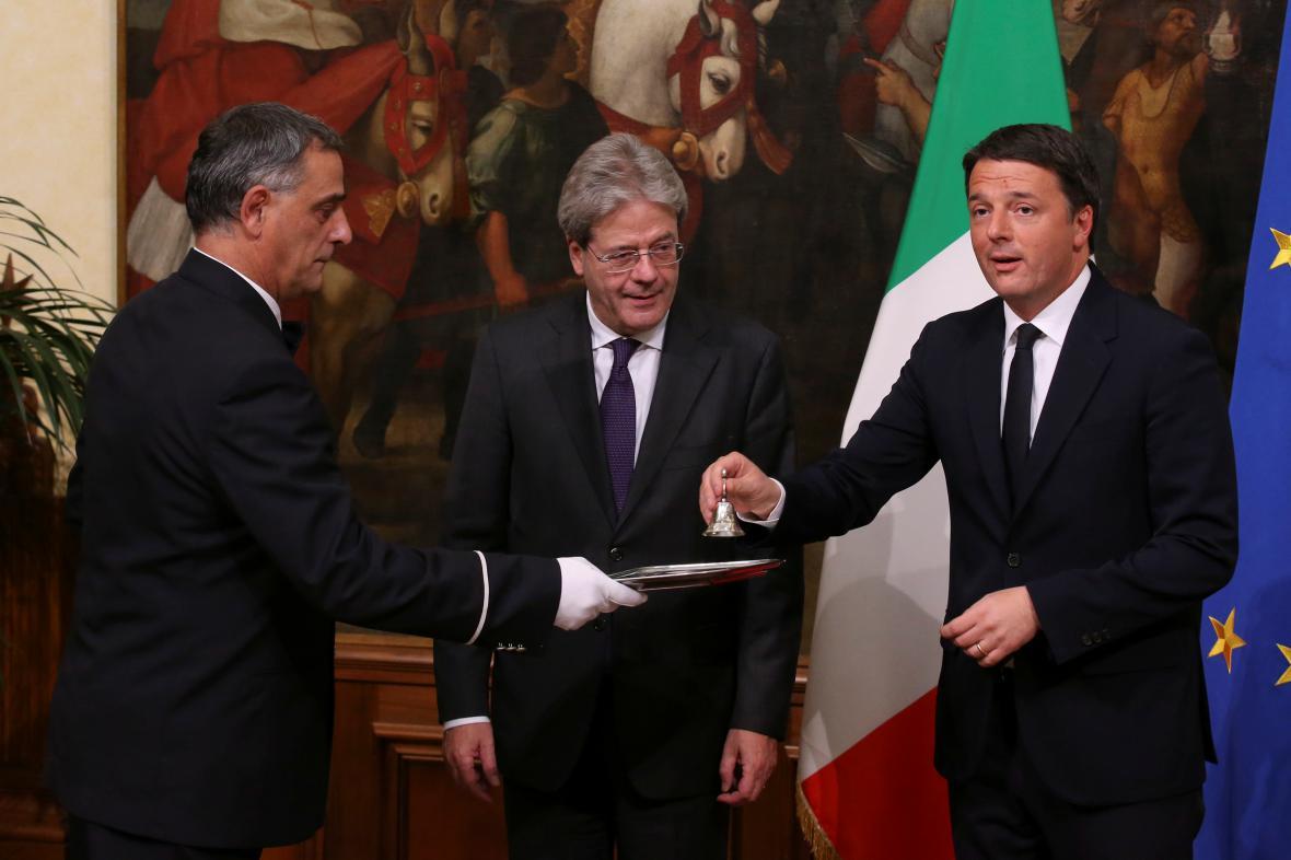 Paolo Gentiloni (uprostřed) symbolicky přebírá vládu od svého předchůdce Mattea Renziho
