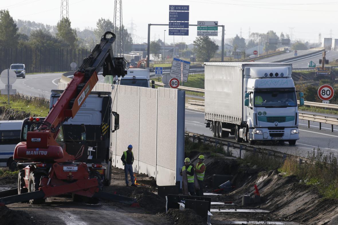 Stavba zdi v Calais