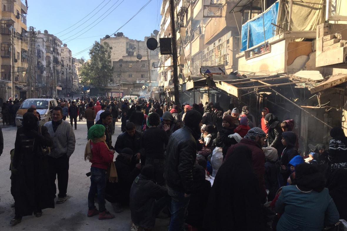 Obyvatelé Aleppa čekají na evakuaci