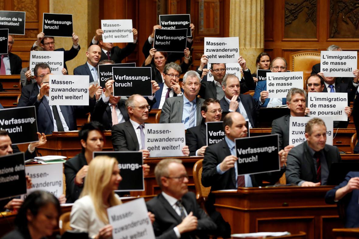 Poslanci Švýcarské lidové strany protestují proti přistěhovalectví