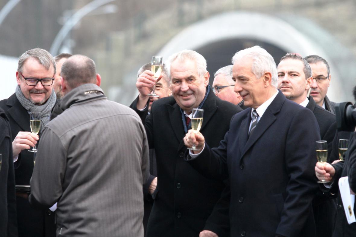 Předseda saské vlády Stanisław Tillich, prezident Miloš Zeman a ministr dopravy Dan Ťok
