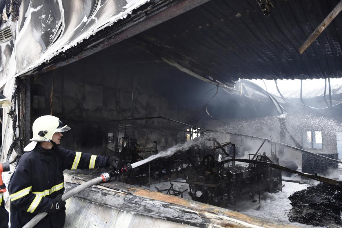 Požár v papírně a výrobně mucholapek v Židlochovicích