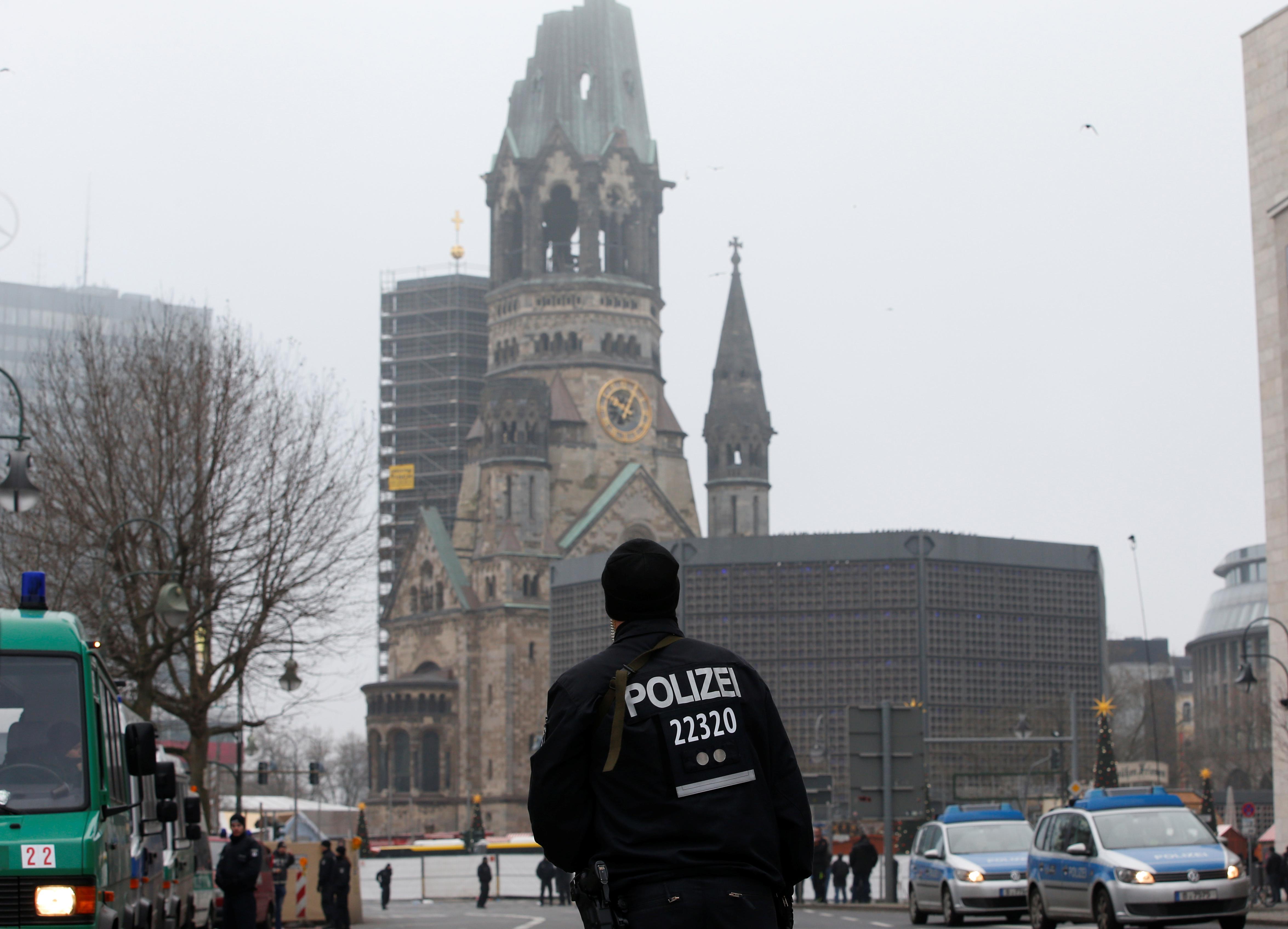 Policista před Pamětním kostelem císaře Viléma na náměstí Breitscheidplatz