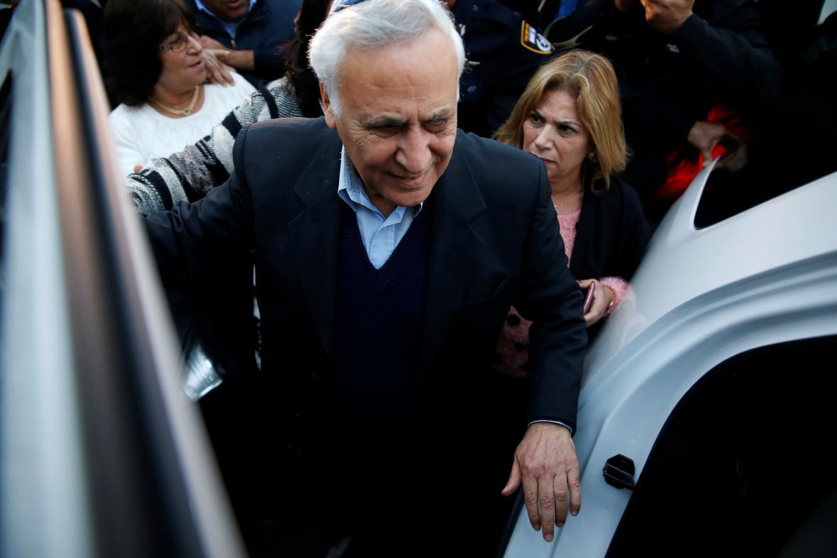 Moše Kacav opouští vězení