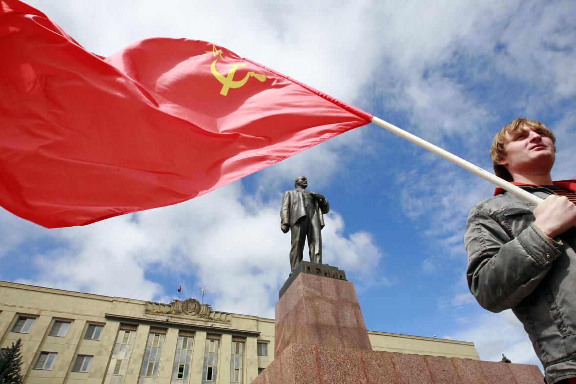 Muž se sovětskou vlajkou v jihoruském Stavropolu