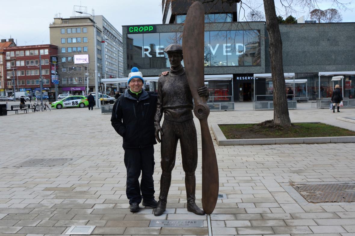 Socha Jana Kašpara, vedle ní autor František Bálek