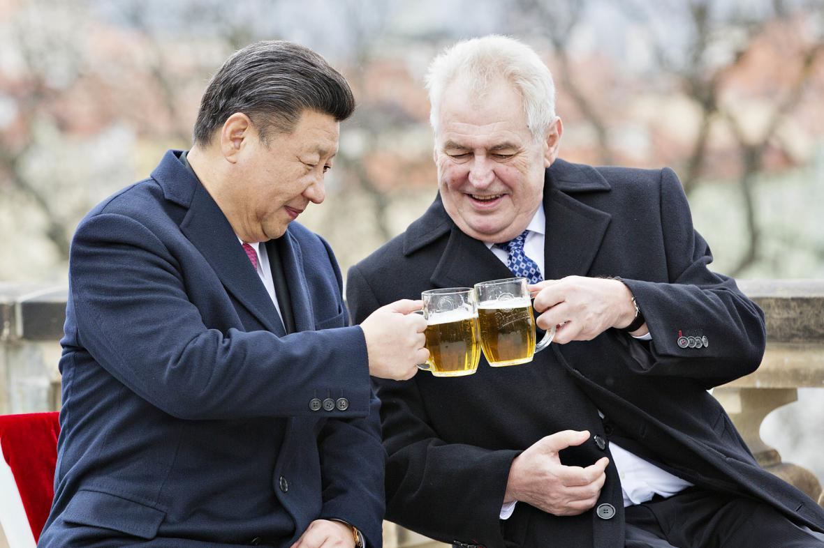 Si Ťin-pching a Miloš Zeman na terase Strahovského kláštera v Praze