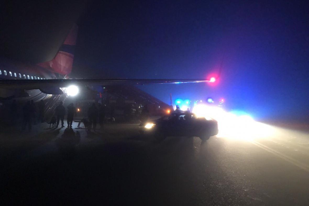 Na starém letišti nouzově přistálo letadlo, jeden z cestujících hrozil bombou
