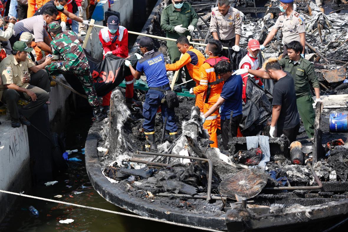Záchranáři prohledávají vrak indonéského trajektu