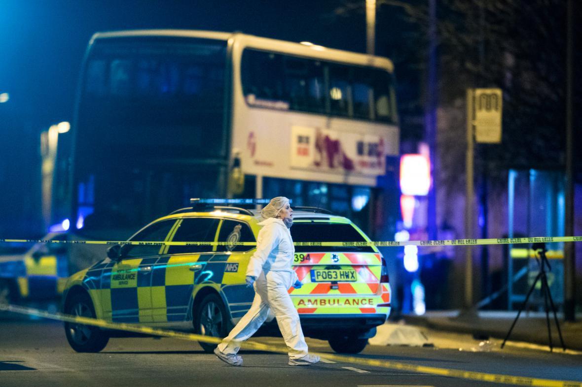 Vyšetřování v britském Oldhamu na místě, kde řidič srazil dvě dívky