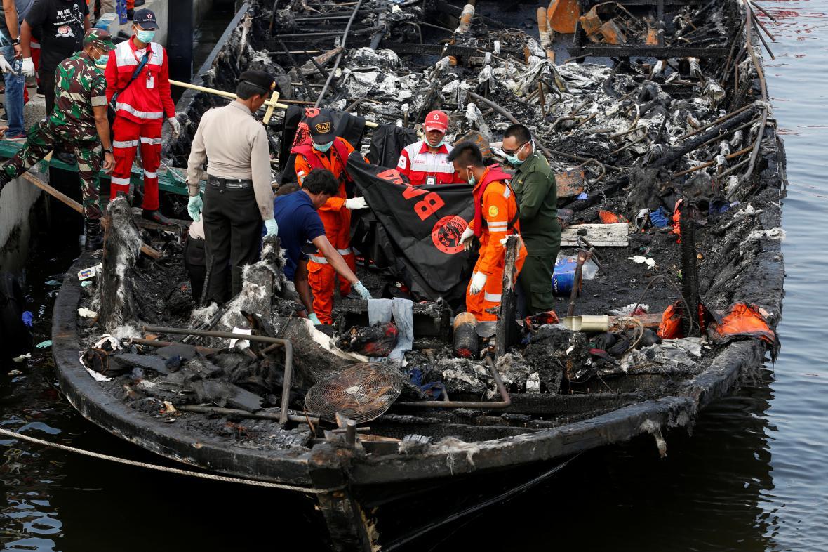 Zástupci Červeného kříže na palubě trajektu