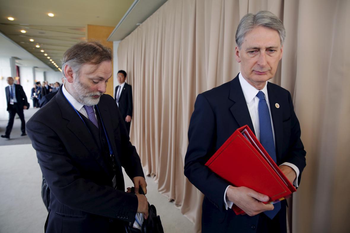 Tim Barrow (vlevo) s exministrem zahraničí Philipem Hammondem