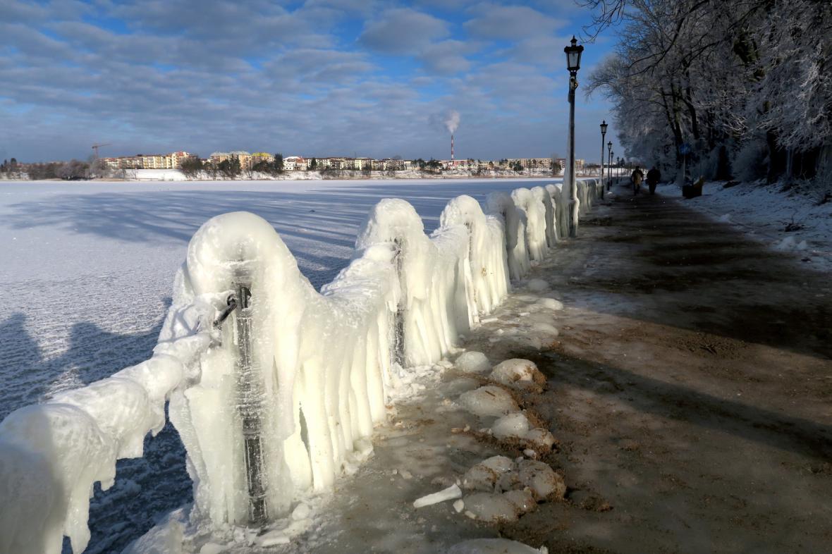 Ledem pokrytá promenáda u jezera Elk v Polsku