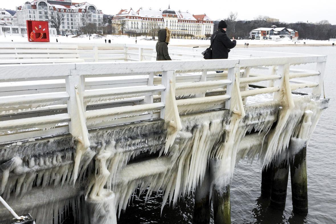 Ledem pokryté molo v polských Sopotech