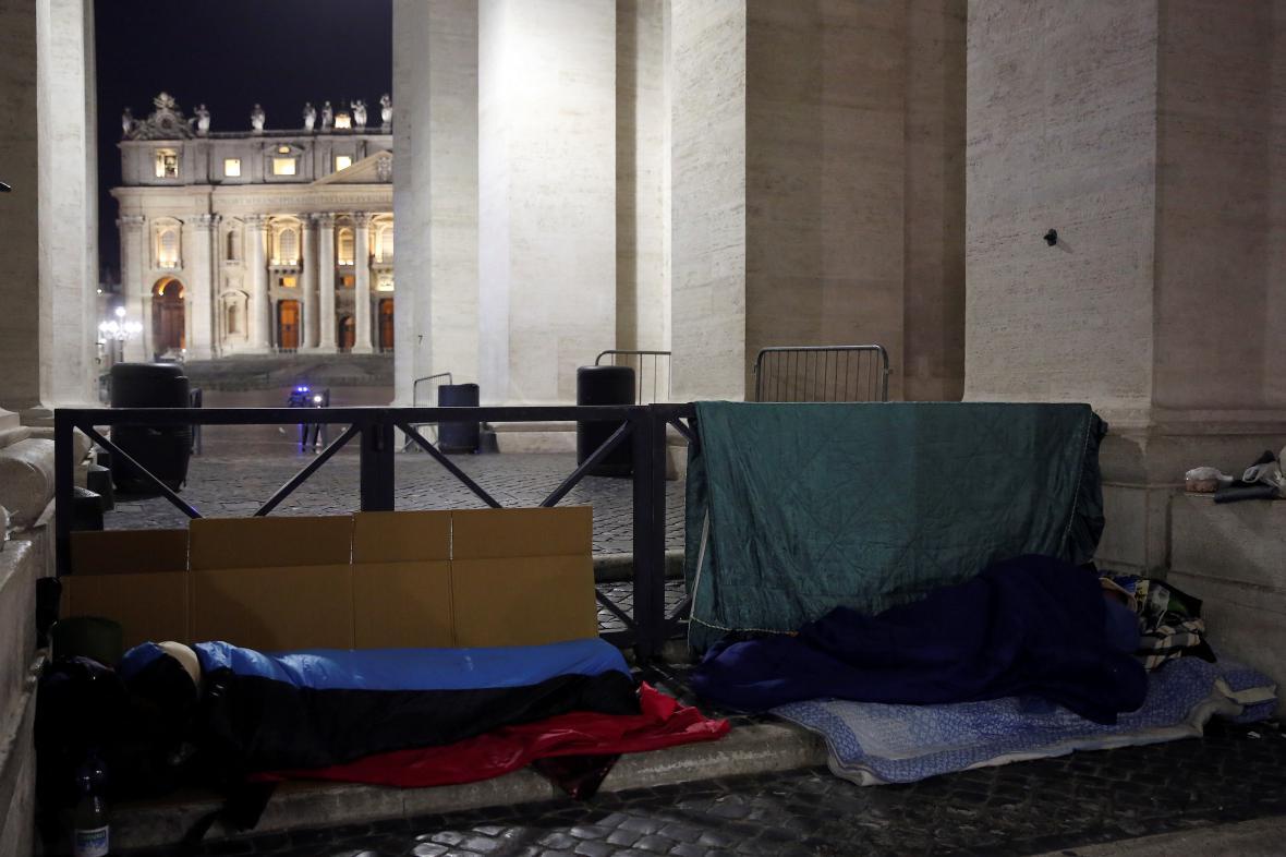 Bezdomovci nocující před branami Vatikánu