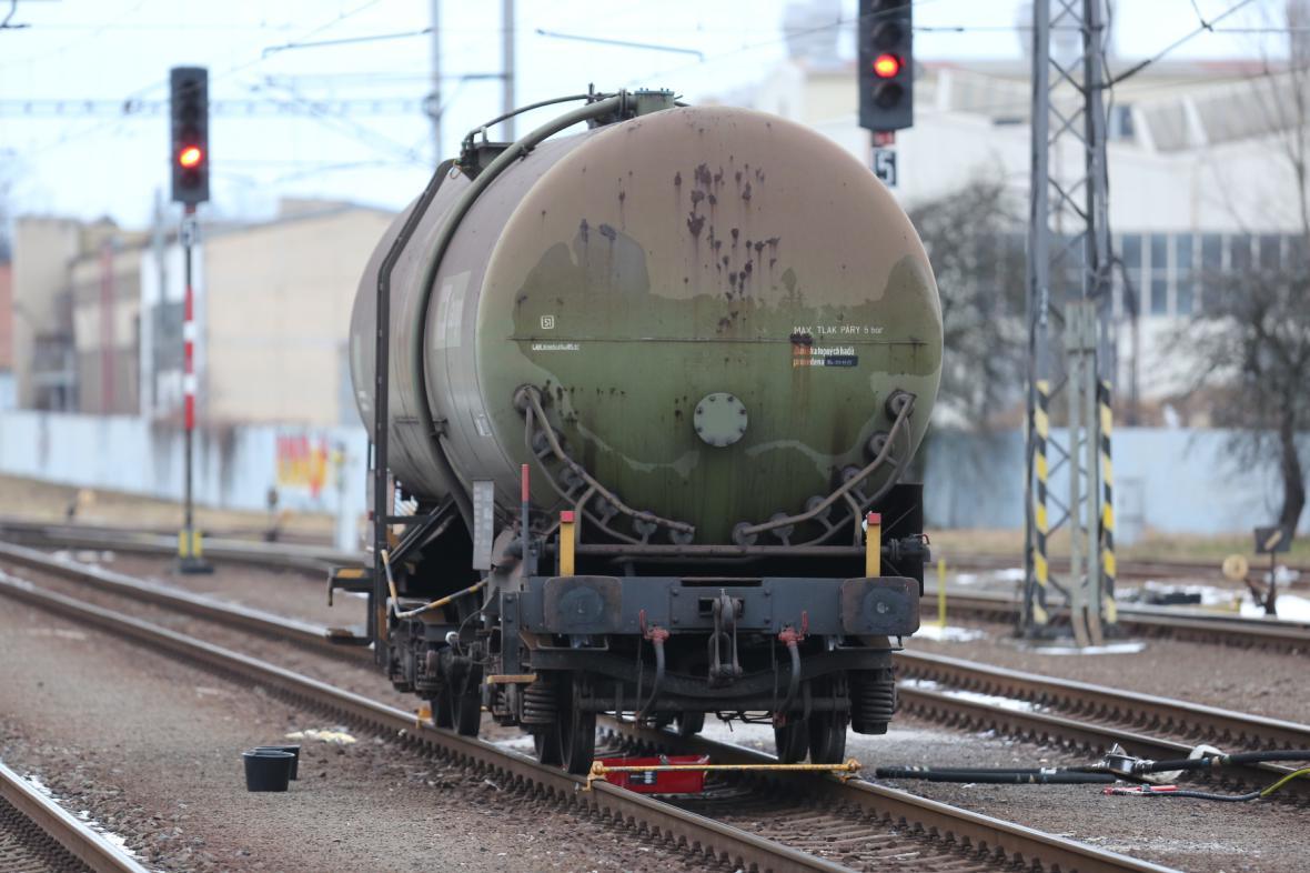 Únik benzolu z poškozené cisterny zastavil ve Studénce dopravu na železniční trati