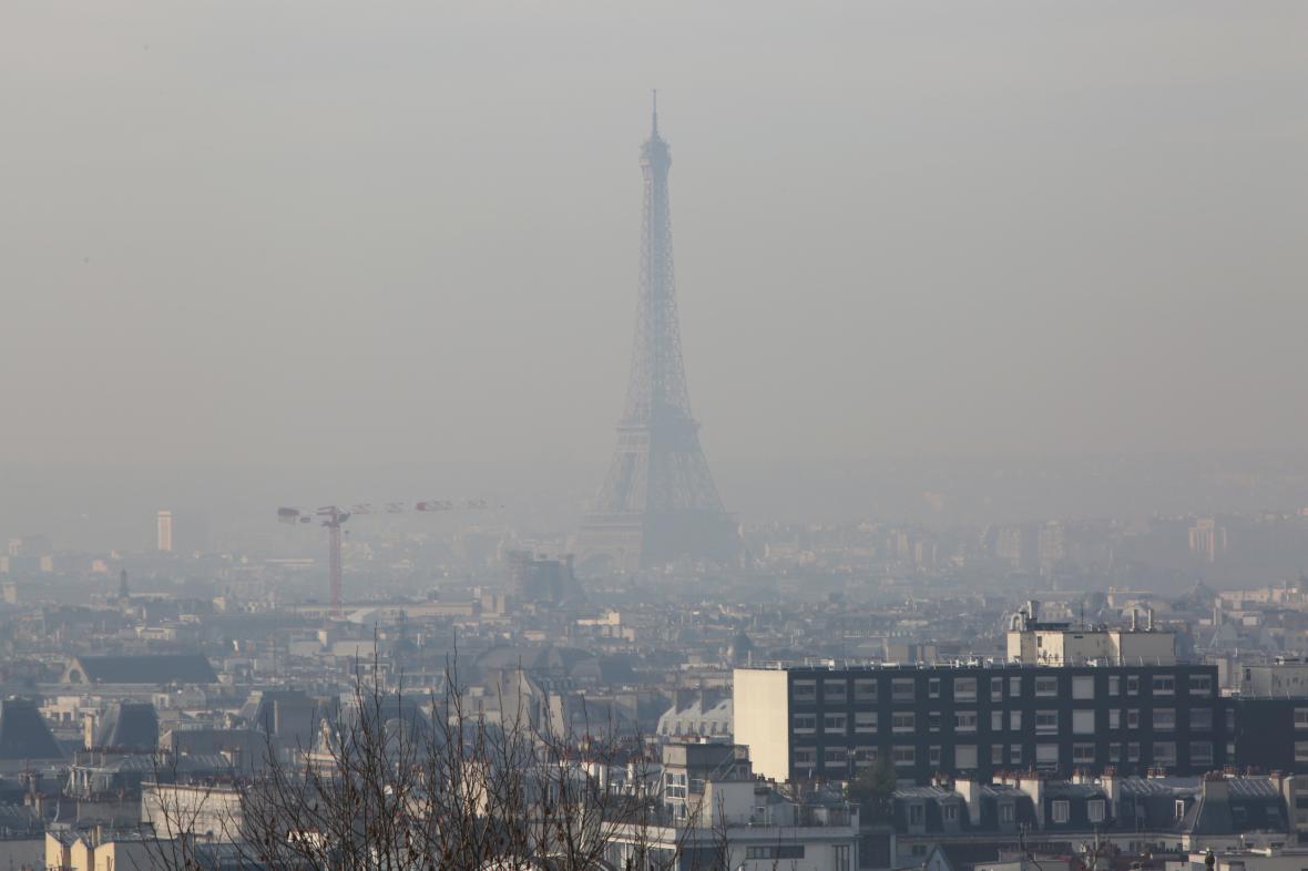 Paříž pod příkrovem smogu