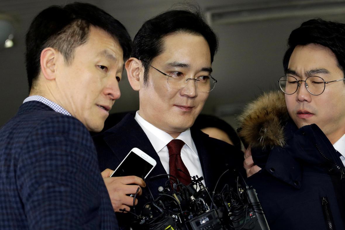Šéf Samsungu I Če-jong (uprostřed), známý také jako Jay Y. Lee