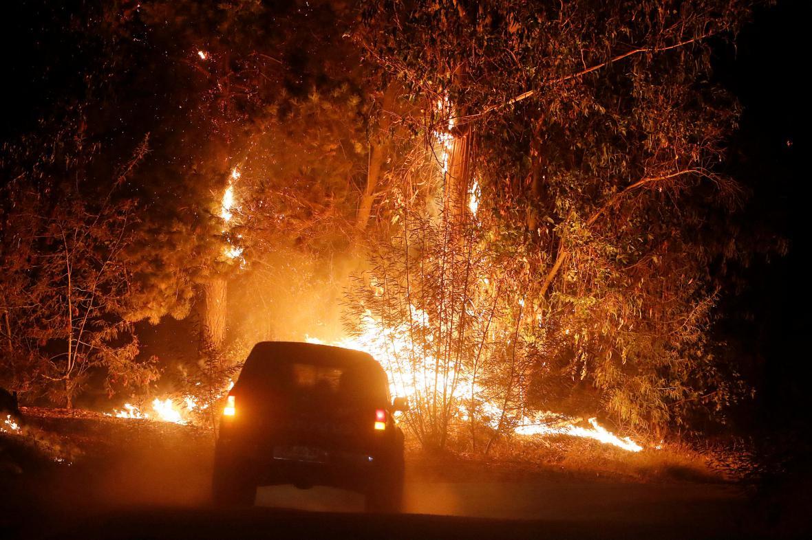 Požár podél cesty u chilského města Hualane