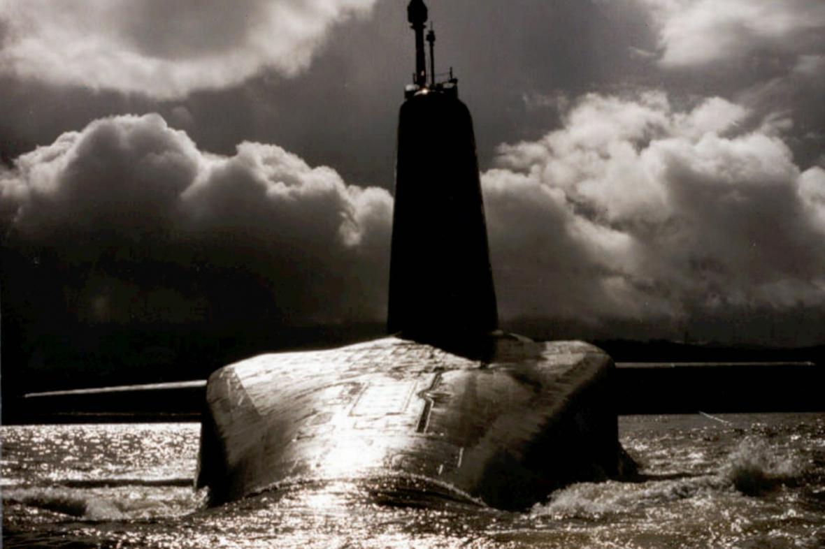 Archivní snímek britské jaderné ponorky HMS Vanguard s jadernými raketami Trident