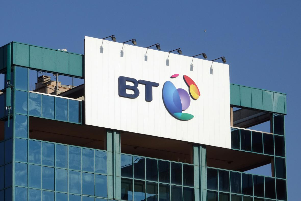 Logo firmy BT na jejím ústředí v Miláně.