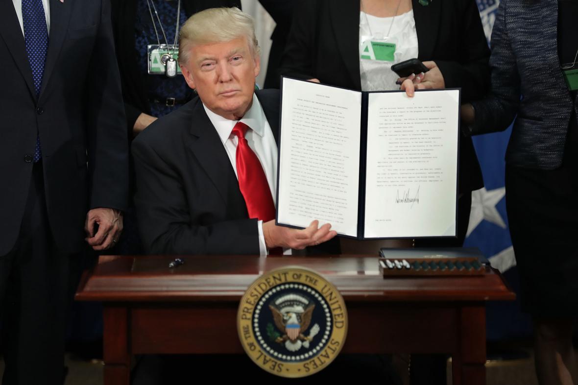 Trump podepsal další exekutivní příkazy, mezi nimi i příkaz ke stavbě zdi