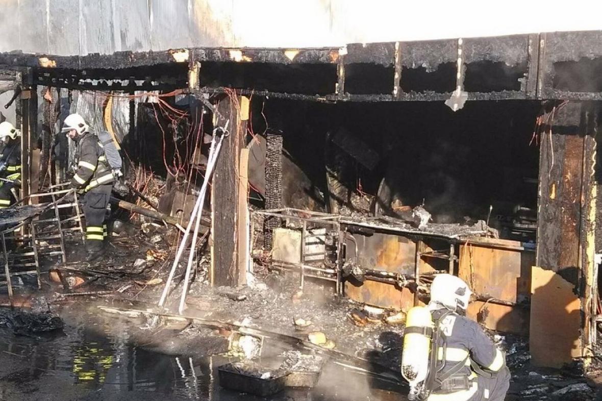 Hasiči likvidují požár na výstavišti v Letňanech