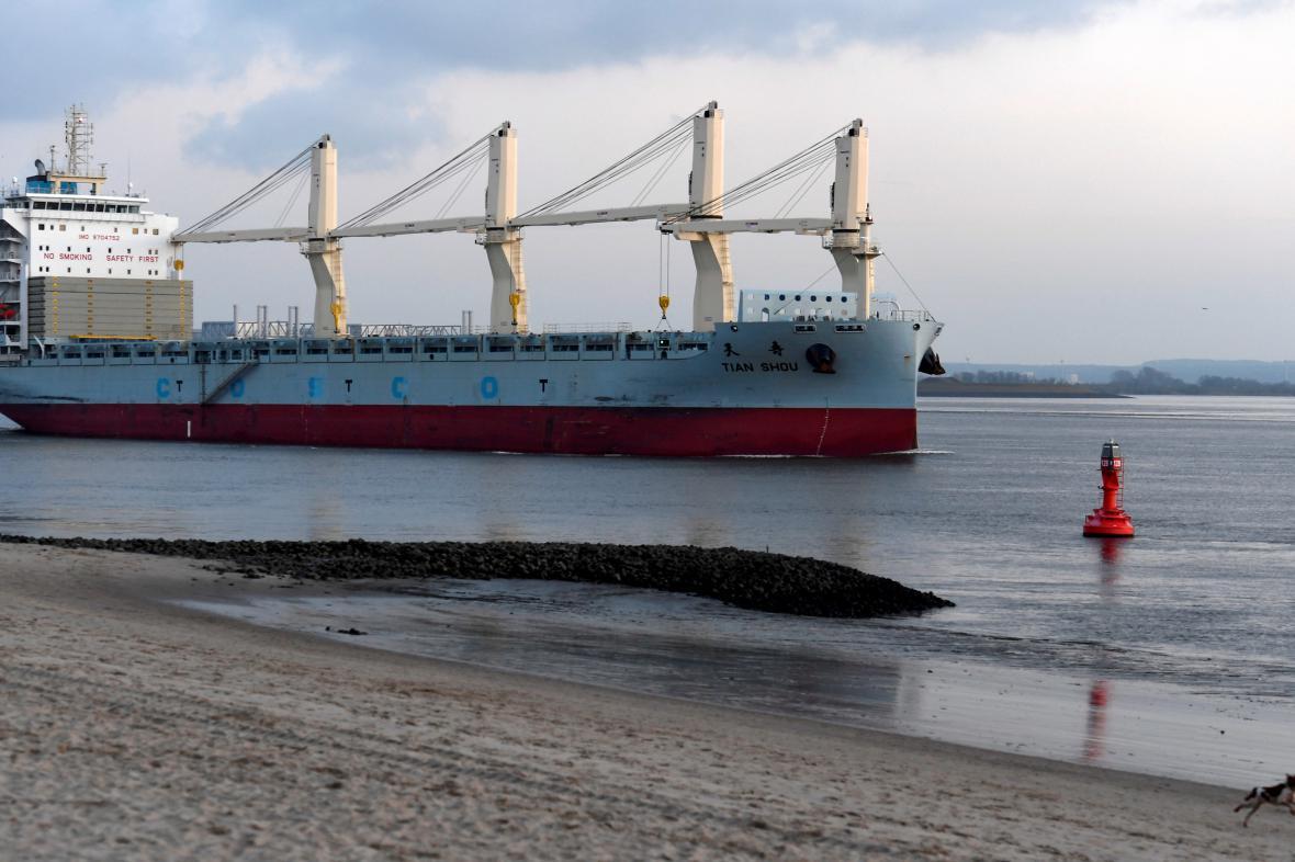Loď plující do hamburského přístavu