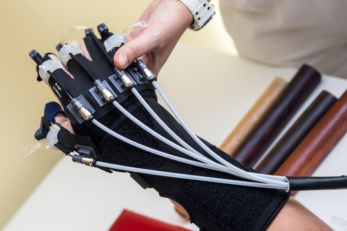 Robotická ruka rozhýbává prsty a zápěstí