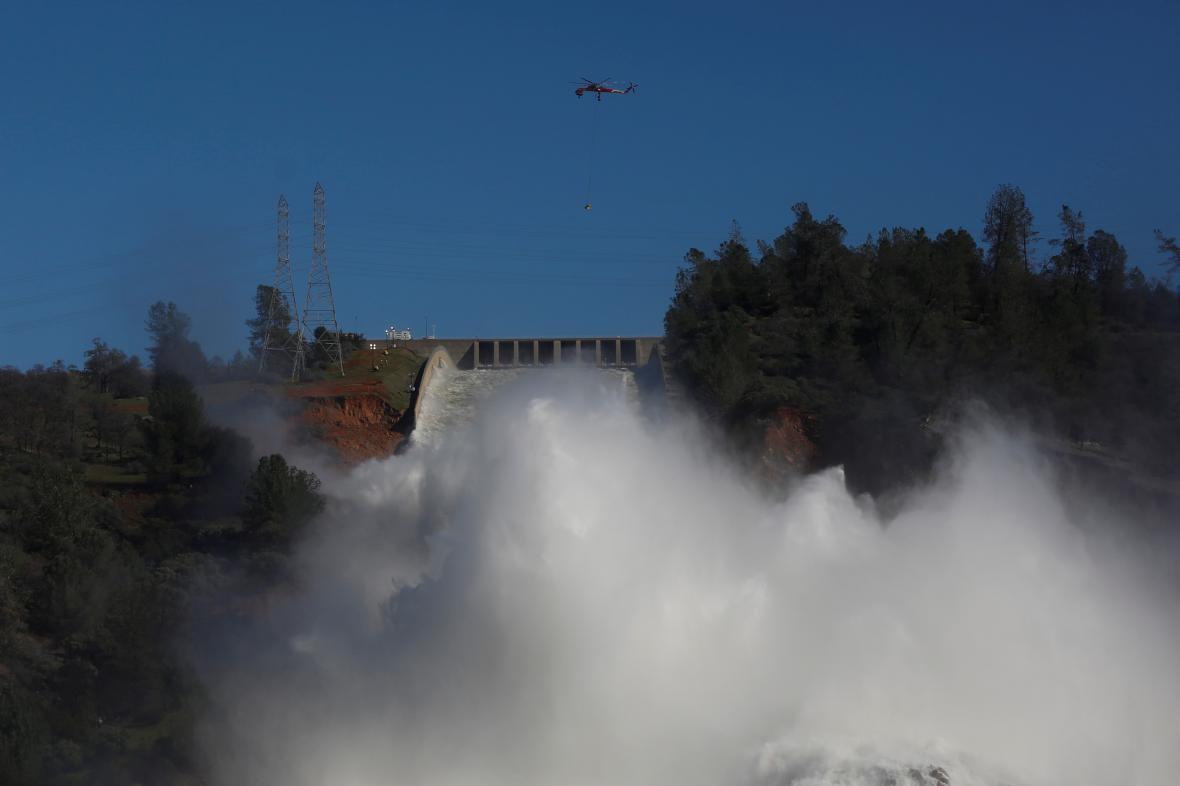 Upouštění vody z přehrady Oroville
