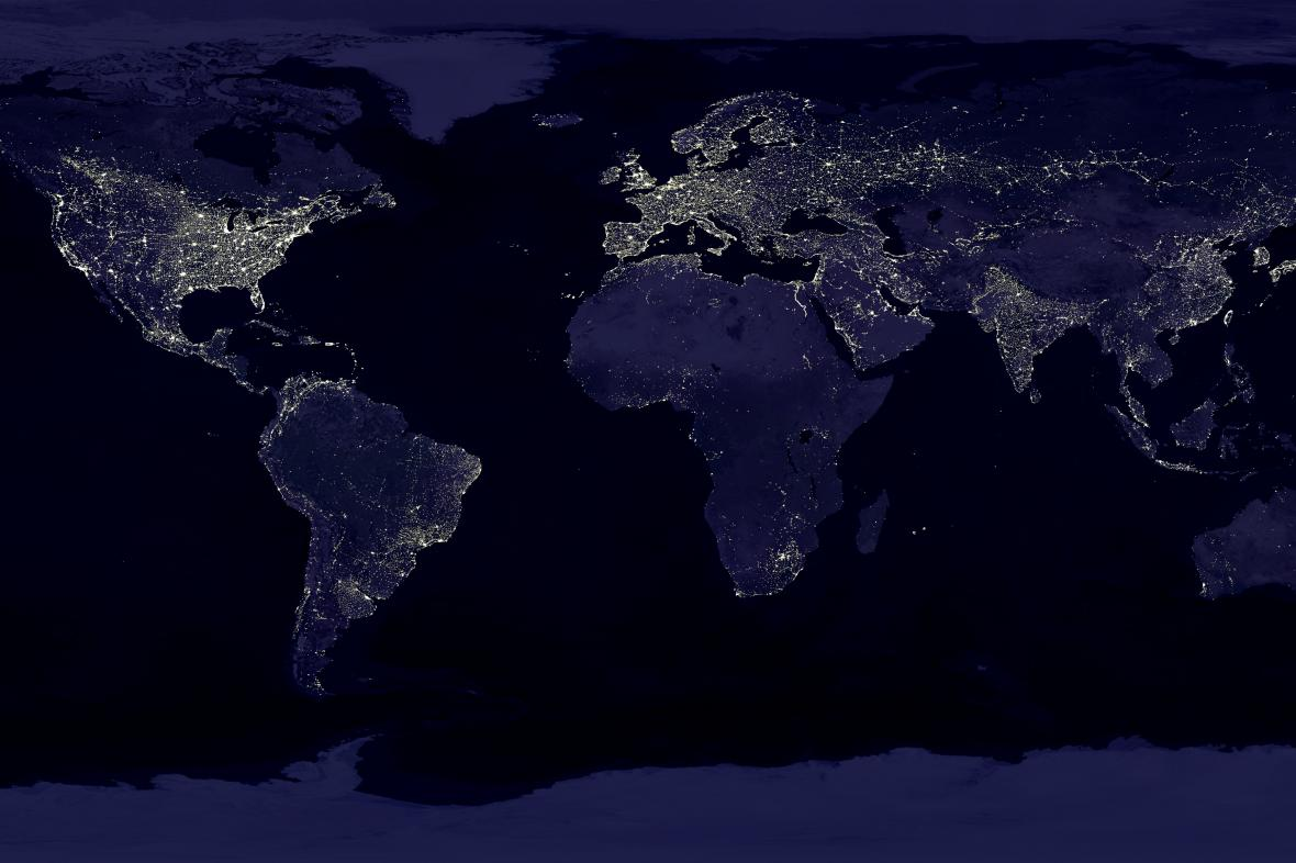 Mozaika záběrů Země v noci